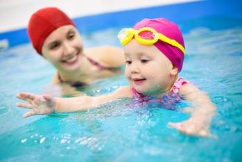 Ребенка учим плавать