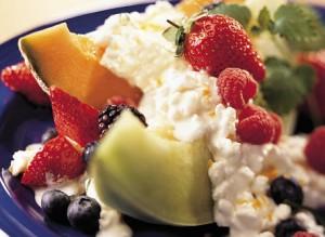 Творог с фруктами и ягодами
