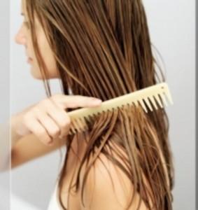Волосы лучше расчесывать деревянным гребешком
